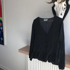 Sælger denne smukke Moves bluse i en størrelse 38, men fitter  en XS/S. ✨😊