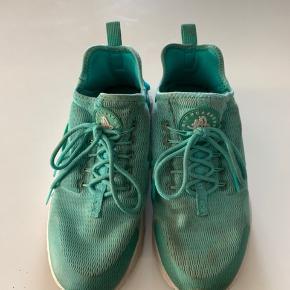 Sælger dine Nike Huarache  De er en en str.38,5   Nypris var 999,95 kr  Prisforslag: 85kr   På billederne ses at de har mindre tegn på slid  De er omkring 2 år gammel, men passet utrolig godt på  Kom med et bud   Spørg gerne for mere information 😊