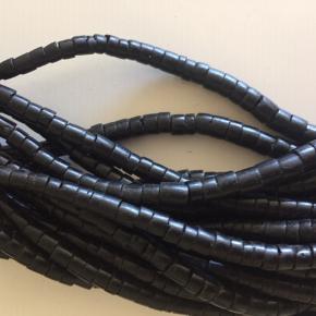 Smuk sort halskæde i ukendt materiale. Halskæden måler incl. lås når den er lukket: ca. 58 cm. MP kr. 995,00 pp Bytter ikke.