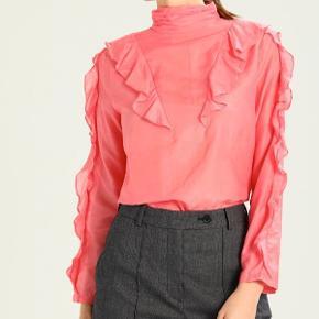 Sælger denne bluse fra Rue de Femme, materialet er silke og bomuld mix🌸