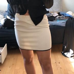 Sælger denne nederdel da den bare ligger. Jeg bruger normalt small, og kan fint passe den