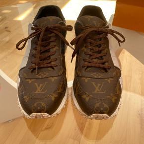 Jeg sælger de her louis Vuitton sko. Da jeg ikke bruger dem mere   Information om skoen  Cond 8-9 Købt i januar 2020 Alt OG! Str. 42.5 Np ~ 5100kr HH ~ skriv, og vi finder ud af det.  Mp ~ 3900kr   Hvis du vil Trade, så søger jeg kun CHRISTIAN LOUBOUTIN PIKBOAT Str. 42