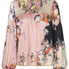 Den smukke Art bluse fra Munthe - med det fineste unikke print. Alle bluser er forskellige.  Brugt ganske få gange - fremstår som ny.  Nypris 1900,- Jeg bytter ikke 😊