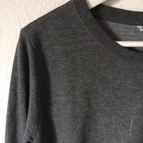 Gina Tricot - trøje med print Str. L Næsten som ny Farve: mørkegrå Lavet af: 67% polyester og 33% cotton Mål: Brystvidde: 112 cm hele vejen rundt Længde: 62 cm Køber betaler porto!  >ER ÅBEN FOR BUD<  •Se også mine andre annoncer•  BYTTER IKKE!
