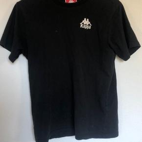 Sort t-shirt fra Kappa  Den er blevet brugt nogle gange, men fejler ingenting. Skriv privat hvis du ønsker flere billeder😁