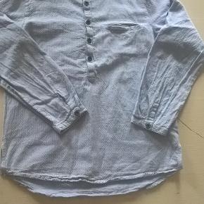 Fin skjorte fra Mini A Ture i str. 134 cm / 9 år - brugt og vasket 8 - 10 gange, fremstår stadig pæn og blød :-)