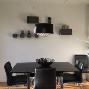 2 personers spiebord I sort træ med sølv bordben. Loader kan trækkes ud som ses på billederne. Mål ikke trukket ud: 80x80x76 cm Mål trukket ud: 145x80x76 cm Inkl 4 stole I sort læder