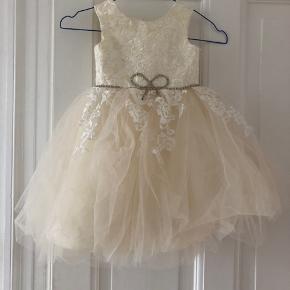 Smukkeste brudepige/festkjole str 3 år. Min datter var 2,5 år da hun havde den på.   Brugt en enkelt gang.   Virkelig mange flotte detaljer.