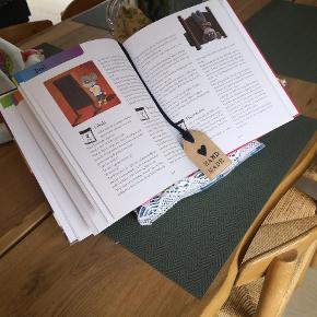 Læsepude/iPadholder. Den perfekte gave til dig selv eller en du holder af. Der er indsyet bogmærke. Hjemmelavede og unikke letvægtspuder, som kan stå på alle overflader og holder dine hænder fri, så du kan hygge med en kop the eller spise. Brug den i sengen, på sofaen, på rejsen, mv.