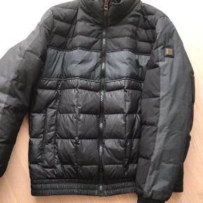 Fantastisk lækker dun jakke fra Hugo Boss, har kun været brugt få gange, derfor som ny, dog skal det nævnes, der er et lille bitte nærke bag på den ene arm.