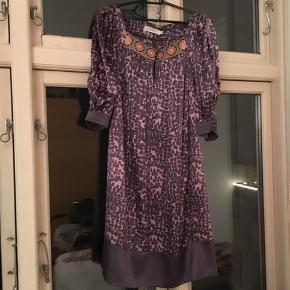 Kjolen er højest brugt 5 gange til nogle få specielle begivenheder så den er som ny.  Np: 1500 Vil gerne have 500 kr. for den :)