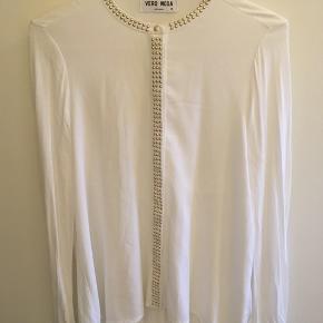 Hvid bluse med guldnitter fra Vero Moda, størrelse M