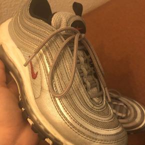 Nike Air Max 97 QS med få brugsmærker. Det kan mest ses på sålen og på tåen på billede 3. Brugt lidt, da de er lidt for små.   Bytter ikke, køber betaler fragt.
