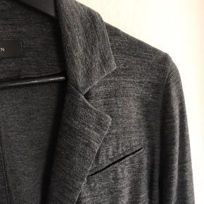 Flot jakke, tynd i stoffet lidt som en cardigan. Lukkes med knapper Materiale wool, viskose og polyester Brugt få gange Brystvidde ca 46 cm Længde ca 58 cm Bytter ikke og sender med DAO