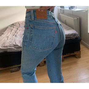 Populære og helt nye Levi's jeans! Model 501. De er købt på Nakd for 800 kr for 2 mdr siden. De er aldrig brugt, mærket er dog klippet af. Str 24.  Sælges for 300 kr ved afhentning på Nørrebro :) FAST PRIS!  Kan sendes såfremt køber betaler Porto.