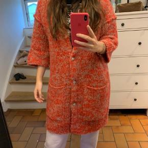 Jeg overvejer at sælge min A. Vintage cardigan. Det er modellen Boolder i farven Basalt and poppy.  Det er en one size, og nyprisen er 1.750,-