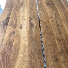 """Olieret egetræsbord fra Sinnerup på sorte C-stel lakerede stålben. Pladen er 4 cm tyk med naturkant, 200 x95 cm, tillægsplade haves som giver ekstra 40 cm. Lille skade på underside i et hjørne (stammer fra flytning), som ses ikke """"oppefra"""", deraf prisen (Nypris 14000kr.) Sælges for 6500kr"""