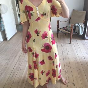 Str. 36. Suuper smuk sommerkjole med perlemorsknapper. Upåklagelig stand !