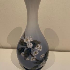 Royal Copenhagen vase nr 863/51. Den måler 21,5 cm. 1 sortering.  300kr.  Jeg har flere vaser så spørg blot