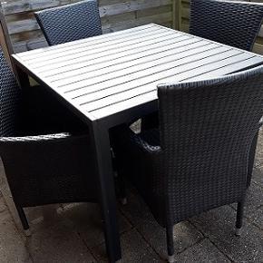HAVEMØBELSÆT Spisebordstolene er udført i sort rattan med armlænd og høj ryg Bordet  er udført med en bordplade   i nonwood  , robust stel i sortlakeret aluminium. De kræver ikke mere vedligeholdelse end vand og sæbe Bord mål -  90 x90 cm Højde - 75 cm Havestol  materiale - aluminium -rattan, 4 stk. Spisebord materiale - aluminium -nonwood Meget fin stand, fejler intet ,  brugt få gange