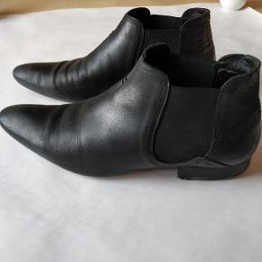 H by Hudson Chelsea støvler i sort læder med elastik.  Str 42