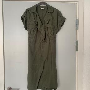 Kjole med bindebånd, fejler intet. Sælges da jeg aldrig får den brugt