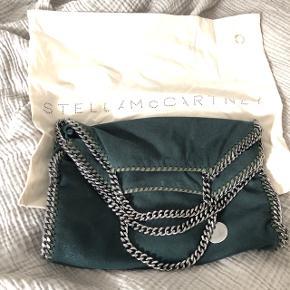 Grøn Stella Mccartney taske. 37x37. Kvittering og dustbag haves. Mp 3100 ink fragt. Minimale brugstegn. En smule misfarvning indeni taskens inderlomme, derfor den lave pris.
