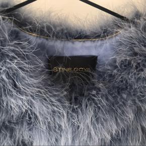 Jeg sælger denne Stina Goya pelsjakke, da jeg ikke får den brugt. Den er købt i år 2016 til min blå mandag, og har bare hængt i mit skab siden. Så den er derfor kun brugt en enkel gang. Nypris var 3200!