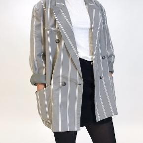 Blazer, God, men brugt. Hadsten - Super fed stribet vintage blazer i let materiale som egner sig perfekt som ?jakke? til de kommende forårsdage. Modellen på billedet er en størrelse Small/ medium. Jakken er en str. 42. Blazer, Hadsten. God, men brugt, Brugt en periode og har derfor mindre