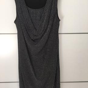 Lækker kjole fra Object med glimmer og drapering foran. Str XL, sælges for 150,-