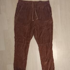 Brune fløjlsbukser fra ASOS . Med snøre i. Brugt et par gange og vasket efter anvisning.