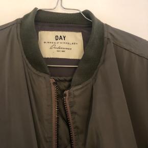 Virkelig flot grøn efterårs jakke fra Day - Birger Et Mikkelsen. Har lidt slid på to knapper. Se billeder