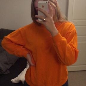 Sweatshirt fra Monki. Vasket en enkelt eller to gange. Fejler intet :)