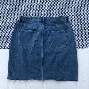 Denim nederdel fra H&M i str. 40. Perfekt stand, da den kun er brugt et par gange. Kan passes af M-L.