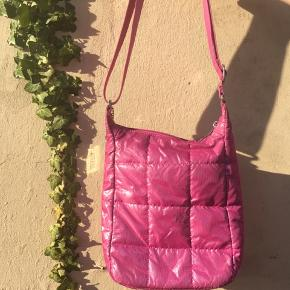 Fin taske med glimmer stof