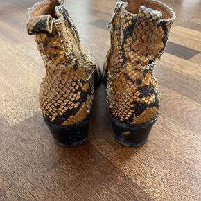 Slangeskinds støvler. Trænger til en kærlig hånd og skindet er slidt op nogle steder