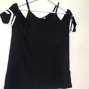 Sort og med smalle hvide striber på ærmerne. Fiks og anderledes t-shirt. Mærket hedder FB sister og er købt i Tyskland