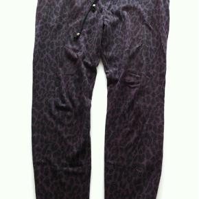 Varetype: bukser Farve: se billede Oprindelig købspris: 300 kr.  Lækre bukser med bindebånd og sidelommer.  65 % polyester 35% bomuld  Bytter ikke!