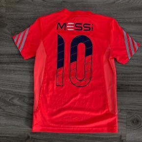 Fed Adidas fodboldbluse med Messi på ryggen. Str. 8/9 år.  Står som ny!! Nypris: 300,- Mp: 95,- pp  Se også mine andre annoncer. Har rigtig meget til drenge for tiden.