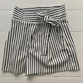 """Sælger disse """"sejler""""-shorts i sort og hvid stribet for Zara.  Aldrig brugt!  De har lynlås i siden, lommer foran og fint binde bånd:)  Måler ca. 40cm i længden og 70cm i bredde/livet :)"""
