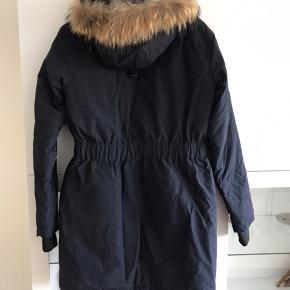 Sælger denne super flotte GONE FAUX FUR vinterjakke, jakken har jeg købt i Modstrøm. Jakken har kun været brugt max 3 gange, så den fremstår 100% som ny. Farve: Navy  Størrelse: M Nypris 1600 kr. Ydermateriale: 55% Polyester, 45% Cotton. Indermaterial: 90% Down, 10% Feather. Fyld: 100% Polyester. Kragen: 100% ægte pels.  Tjek nede i kommentarfeltet for mere billeder.