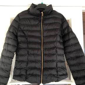 LÆKKER overgangs jakke fra Day 🌸 HELT NY 🌸 medfølger lille pose til opbevaring 💗
