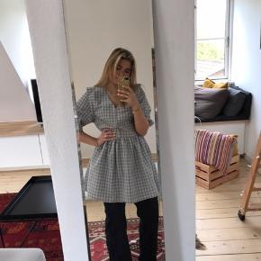 Dejlig og behagelig kjole fra envii, brugt omkring 3 gange og kan styles SÅ forskelligt. Skriv endelig❤️