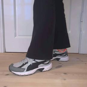 Skoene er brugt enkelte gange og derfor næsten som ny