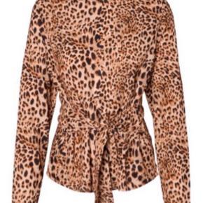 Sælger denne bluse fra Pieces. farven er som på billederne af min egen :)