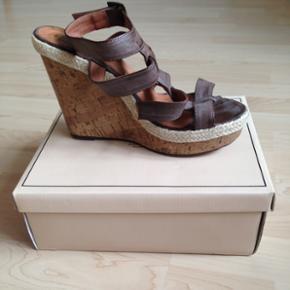 Super fine & feminine sandaler med kilehæl i str. 40 fra Friis & Company.   Brugt få gange, så ingen tegn på slid.  Nypris 499,95kr  Højde på hæl: 13cm  Højde på plateau: 3,5cm
