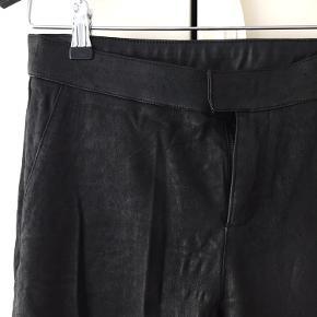 Super fine læder stretch bukser fra Second Female. Hul i syning på det ene knæ, kan fikses med nål og tråd, deraf prisen :)