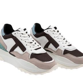 Super fede Hi-tech sneakers.  Brugt 1 gang. Købt i Illum i Kbh.  Nypris 4500 Mp. 1600 pp Størrelsessvarende.