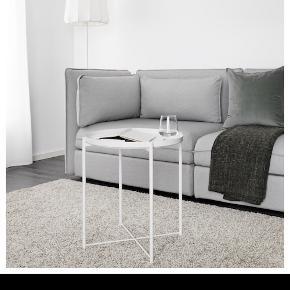 To hvide bakkeborde fra IKEA. Kun 6 måneder gamle - ser helt ud som nye. Evt. Rabat ved køb af begge eller kan de godt sælges seperat. BYD :)