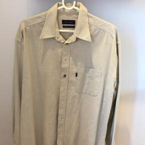 Skjorte i den fedeste farve. Næsten ikke brugt da den er for lille Handler helst mobilepay ellers betaler køber gebyr Sendes forsikret med DAO